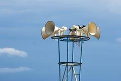 Openluchtsprekers op blauwe hemelachtergrond Stock Foto