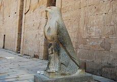 Openluchtstandbeeld van Horus bij de Tempel van Edfu, Nubia, Egypte stock afbeelding