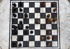 Openluchtsteenschaakbord met zwarte en gele cijfers hoogste mening De concurrentie en strategieconcept Nederlaag en strijdconcept royalty-vrije stock afbeeldingen