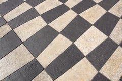 Openluchtstraattegels met geometrisch patroon De textuur van perspectief kleurde geruite tegel in de straat Royalty-vrije Stock Afbeelding