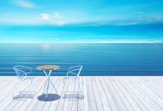 Openluchtterras met lijst en stoelen over overzees Royalty-vrije Stock Foto's