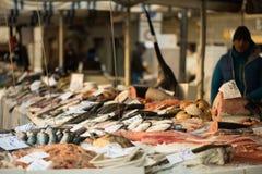 Openluchtvissenmarkt in de stad van Udine, Italië stock foto's