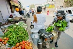 Openluchtvoedselmarkt en klanten met greens en groenten Stock Foto's