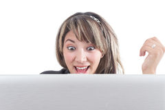 Openmouthed szczęśliwa dziewczyna patrzeje laptopu ekran zdjęcie stock
