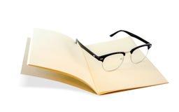 Openned brun anteckningsbok och ögonexponeringsglas arkivfoton