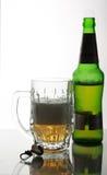 Openning Pubflasche und -becher auf Spiegeltabelle Lizenzfreie Stockfotos
