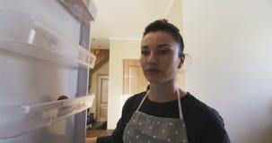 Opent een lege koelkast en de gestelde vrouw teleur stock footage