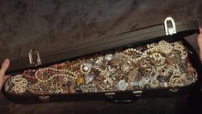 Opent een oude koffer met schatten juwelen geheime schat stock video
