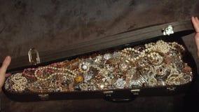 Opent een oude koffer met schatten juwelen geheime schat stock footage