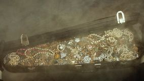 Opent een oude koffer met schatten juwelen geheime schat stock videobeelden
