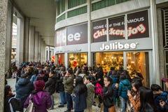 Opent het Jollibee snelle voedsel zijn eerste Europees restaurant in Milaan, stock afbeeldingen