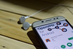 OpenVPN för den Android bärare-applikationen på den Smartphone skärmen openVPN för Android är en freewarerengöringsdukwebbläsare  Arkivbild