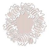 Openwork венок с цветками и покрашенными пасхальными яйцами Стоковое Изображение
