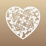 Openwork сердце с листьями зеленый цвет элемента предпосылки декоративный выходит лиана над белизной вектора Отрезок лазера Стоковая Фотография