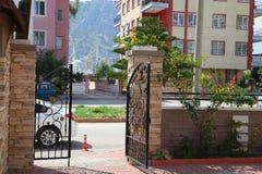 Openwork forged brama w miasto jardzie Fotografia Stock