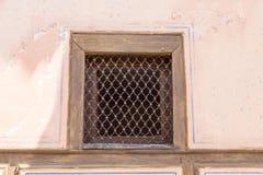 Openwork Grill an einem Fenster eines alten Hauses in Lovech, Bulgarien Lizenzfreie Stockfotos