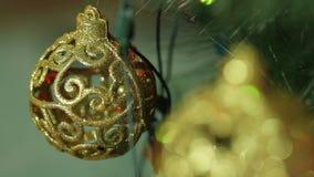 Openwork guldbollar på en julgran stock video