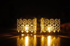 Openwork Kerzenständer zwei mit brennenden Kerzen Stockbild