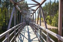 Openwork metaalbrug aan de kerk op de rivier Vuoksa stock foto