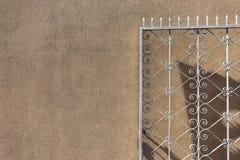 Openwork metal brama na tle ściana Zdjęcia Royalty Free