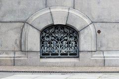 Openwork skyddsgaller med blom- motiv i källaren av den ortodoxa kyrkan royaltyfria foton