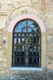 Openwork traliewerk op het venster van een oude kerk in Lovech, Bulgarije Stock Foto's