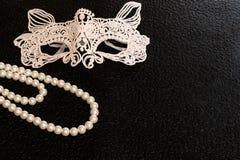 Openwork, weiße, Karnevalsmaske des gestärkten Gewebes für ein Kostüm für einen Ball oder Halloween Weiße runde Perlen, Perlen stockbilder