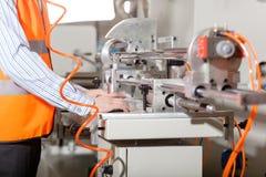 Operário durante o processo de produção imagem de stock