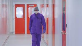 Operário farmacêutico Doutor na máscara protetora que move-se no corredor do hospital vídeos de arquivo
