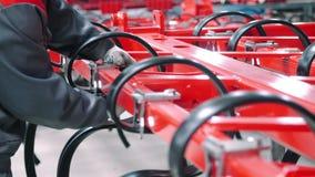 Operário que faz o conjunto da maquinaria agrícola Funcionamento do mec?nico vídeos de arquivo