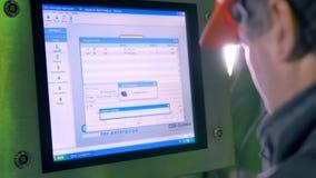 Operário que trabalha com computador Close-up 4K filme