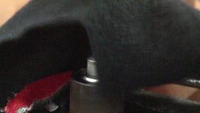 Operários do vestuário de matéria têxtil: Bocal da máquina de carimbo do botão do ECU video estoque