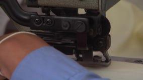 Operários do vestuário de matéria têxtil: Cabeça pesada da máquina de costura do CU na ação filme