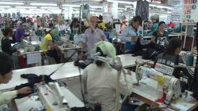 Operários do vestuário de matéria têxtil: Mova-se na tabela dos trabalhadores que dobram a tela filme
