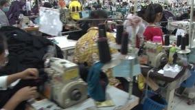 Operários do vestuário de matéria têxtil: Movimento excelente após trabalhadores na fábrica do vestuário filme