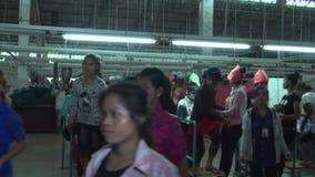 Operários do vestuário de matéria têxtil: Os trabalhadores do CU quebram para o almoço, zumbido para fora WS vídeos de arquivo