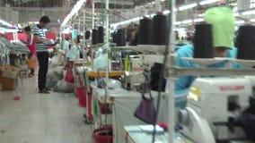 Operários do vestuário de matéria têxtil: Steadicam-como o deslize após trabalhadores das fileiras vídeos de arquivo