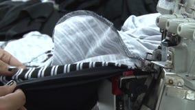 Operários do vestuário de matéria têxtil: Tela listrada de alimentação do CU na máquina de costura filme