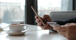 Operação bancária em linha com telefone esperto, número da reescrita do cartão de crédito vídeos de arquivo