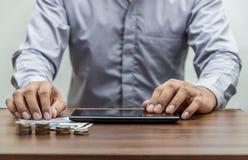 Operação bancária em linha e conceito móvel da operação bancária dos Internet banking imagem de stock royalty free