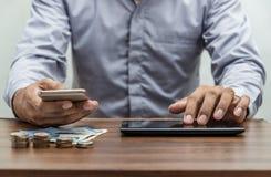 Operação bancária em linha e conceito móvel da operação bancária dos Internet banking imagem de stock
