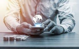 Operação bancária em linha e conceito móvel da operação bancária dos Internet banking fotos de stock royalty free