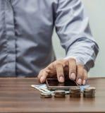 Operação bancária em linha e conceito móvel da operação bancária dos Internet banking foto de stock