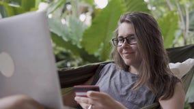 Operação bancária em linha A mulher fez o pagamento bem sucedido, sentando-se na rede filme