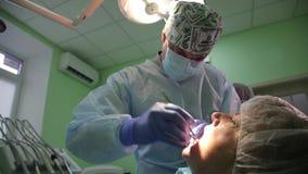 Operação dental da implantação em um paciente no escritório da odontologia Colocação dos implantes dentais em pacient real vídeos de arquivo