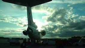 Operação do motor de aviões após a aterrissagem no aeroporto vídeos de arquivo