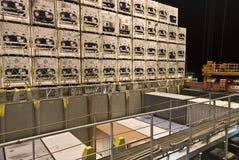 Operação do recipiente no porto com os guindastes e a carga do pórtico/os recipientes do descarregamento Imagem de Stock