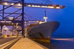 Operação do recipiente no porto com os guindastes e a carga do pórtico/os recipientes do descarregamento Foto de Stock Royalty Free