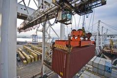 Operação do recipiente no porto com os guindastes e a carga do pórtico/os recipientes do descarregamento Imagens de Stock Royalty Free