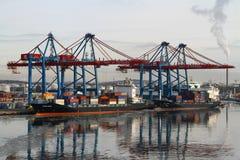 Operações da carga em um navio de recipiente imagens de stock